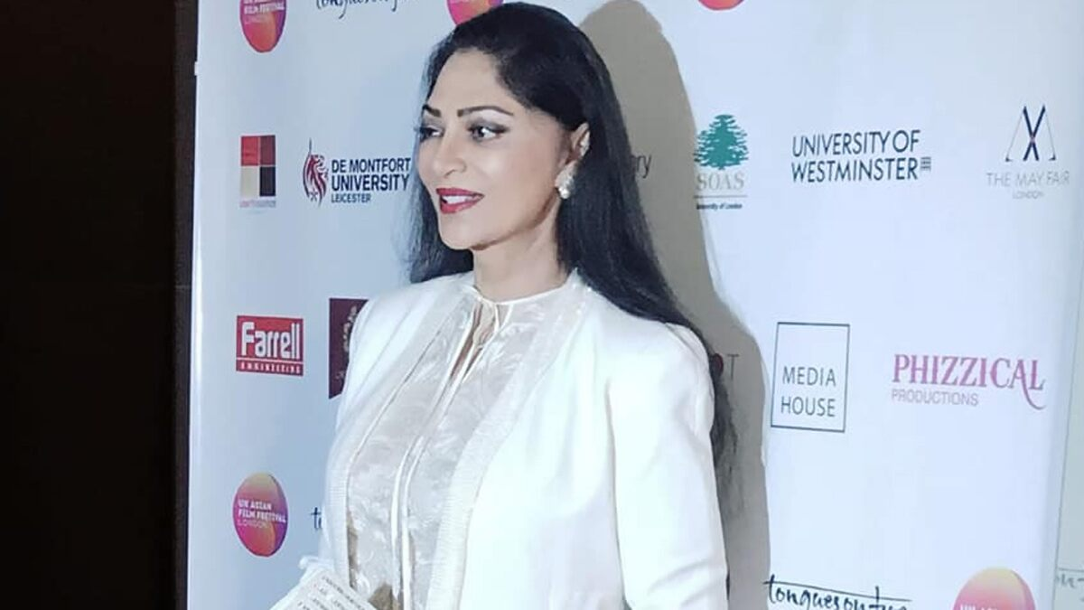 Simi Garewal Makes a Note of Points That Proves How Life Is like a Woman in COVID-19 (Read Tweet)