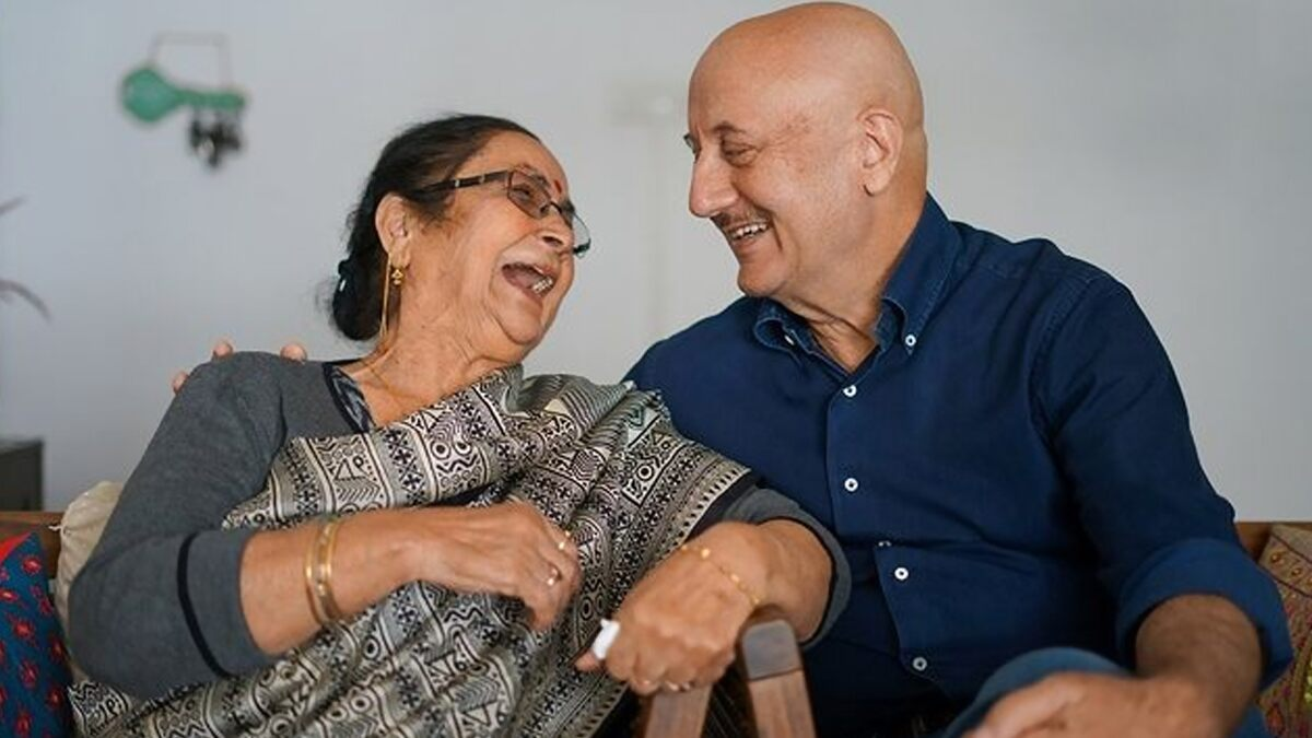 Anupam Kher Gets Emotional As He Talks About His Mother in a Post, Reveals She Had to Sell Her Jewellery to Keep the Actor in School